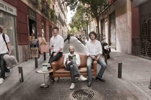 Emilio, a la derecha, junto con dos de los socios de la editorial  (Foto de Paloma Cabezas)