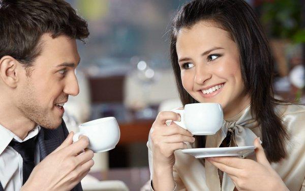 Nos tomamos un café??? Tomando-un-cafe-juntos