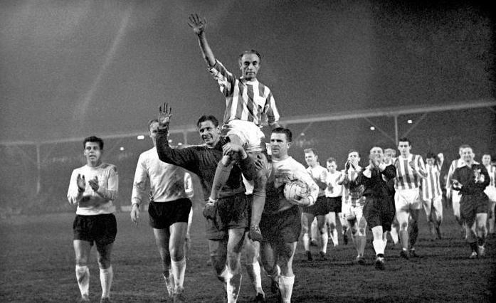 Lev Yashin, único portero en ganar el Balón de Oro lleva a hombros a Stanley Matthews, el primer ganador del trofeo en 1956.