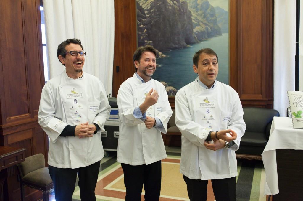 Durante la presentación de prensa. En el centro el presidente del Cabildo de Tenerife, a la derecha el alcade de Santa Cruz de Tenerife, a la izquierda (Foto: Tony Cuadrado)