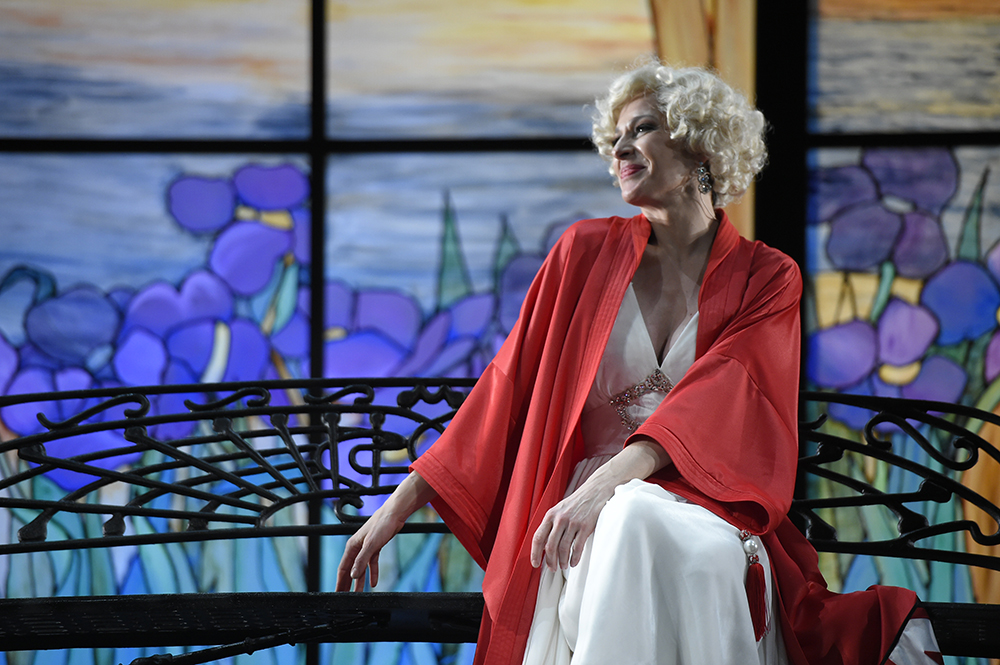 Natalia Millán como La viuda alegre.