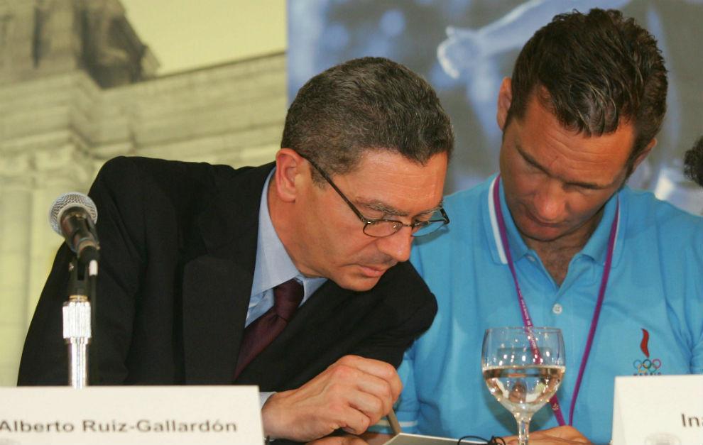 Alberto Ruiz Gallardón e Iñaki Urdangarín, durante la reunión del COI en Singapur en 2005 para elegir la sede de los Juegos de 2012. Foto: EFE.