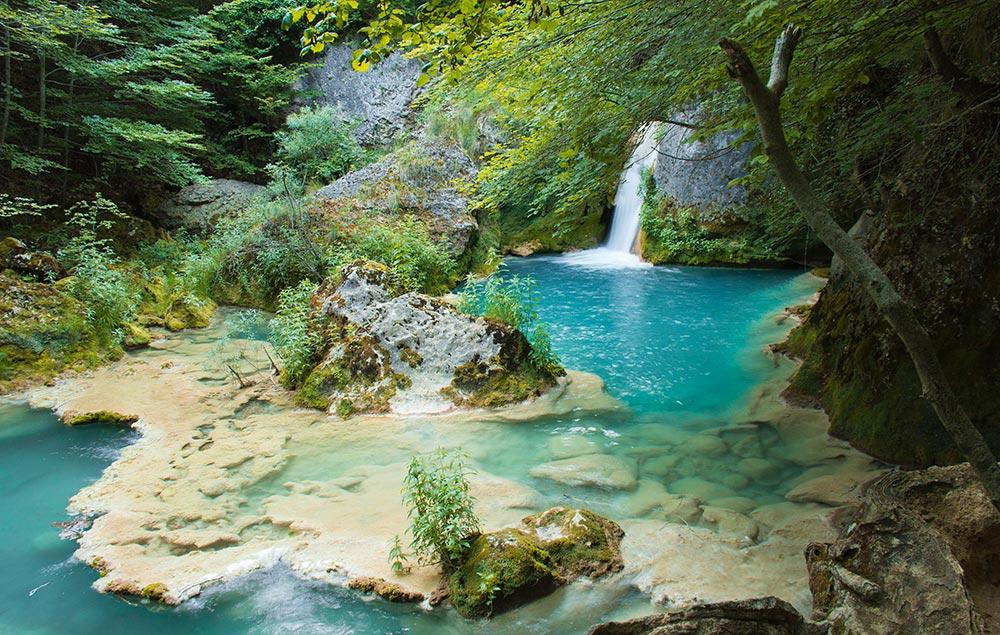 Viajes nacedero de urederra el oasis navarro columnazero for Piscinas naturales urederra